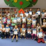Zdjęcie grupowe dzieci trzymająch dyplomy
