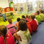 Dzieci słuchające o rysunku