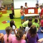 Dzieci w czasie przedstawienia rysunku