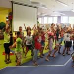 Dzieci bawiące się w sali dla dzieci