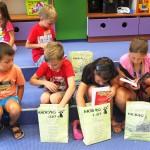 Dzieci oglądające swoje nagrody