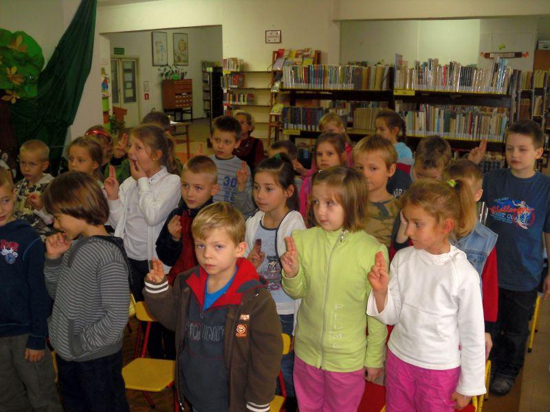 Dzieci biorą udział w uroczystości Pasowania na Czytelnika Biblioteki