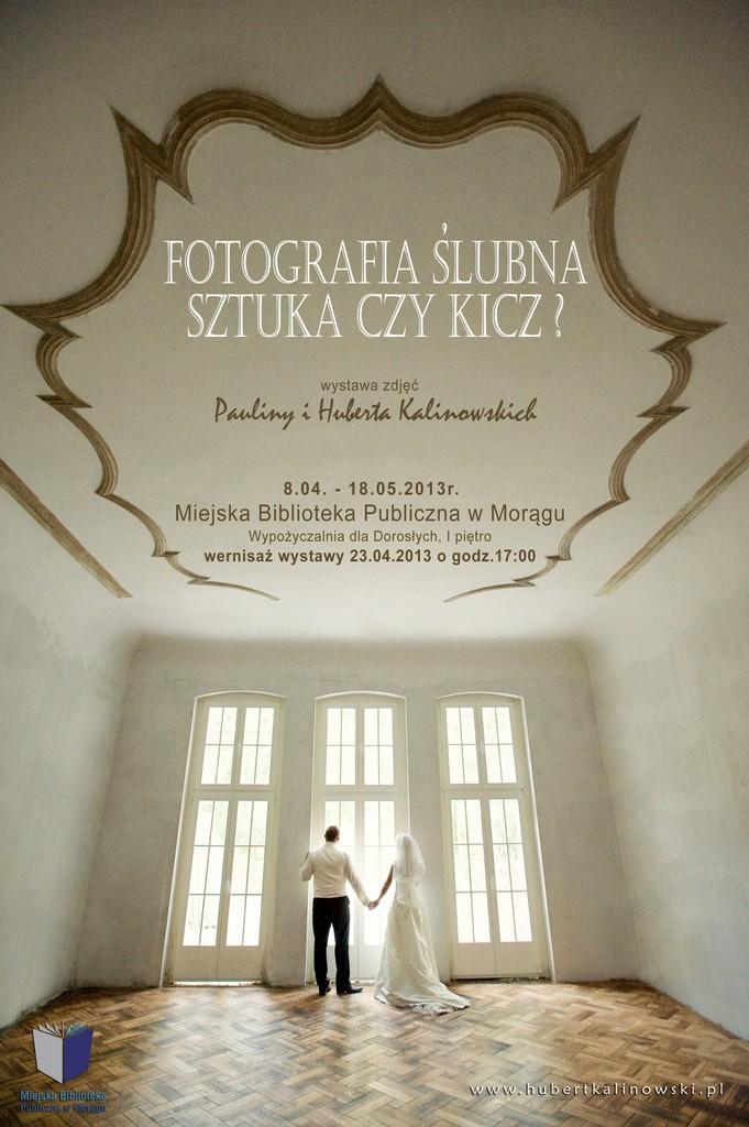 """Plakat wystawy """"Fotografia ślubna sztuka czy kicz?"""", na plakacie młoda para w pustej sali spogląda przez okno"""
