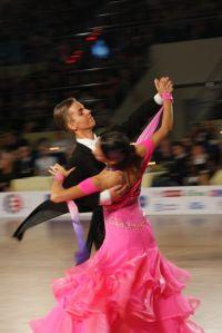 Para tancerzy wykonuje taniec na dużej sali