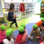 Bibliotekarka czytająca dzieciom