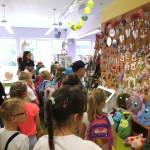Dzieci oglądające wystawę