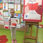 Młoda uczestniczka z nagrodą