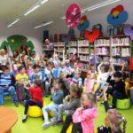 Aktywne dzieci podczas wernisażu