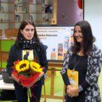 Agnieszka Żelewska i bibliotekarka