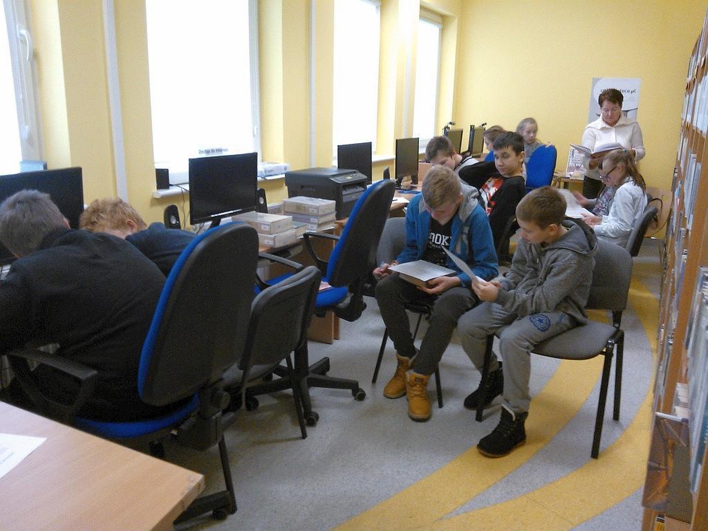 Wizyta uczniów w bibliotece w Jurkach