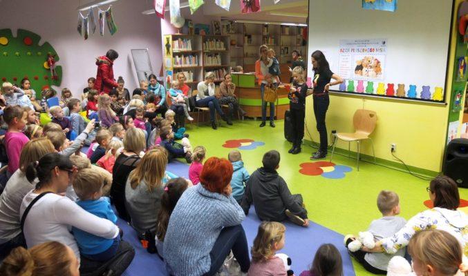 Dziecko odczytuje fragmenty opowieści o misiach