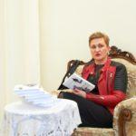 Wioletta Klinicka z książką swojego autorstwa