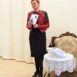 Wioletta Klinicka przedstawiająca swoją książkę