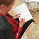 Wioletta Klinicka dająca autograf