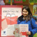 Uczestniczka konkursu z dyplomem oraz książką