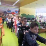 Dzieci podczas zabawy muzycznej