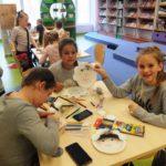 Dzieci tworzące maski