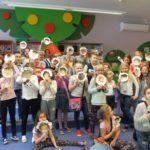 Wspólne zdjęcie dzieci z maskami
