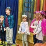 Wesołe przedstawienie dzieci