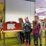 Dzieci przedstawiające swoje plastyczne dzieło