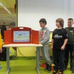 Dzieci przedstawiające swój rysunek