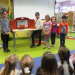 Dzieci pokazujące swoje dzieło