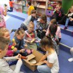 Dzieci poznające instrumenty muzyczne