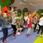Dzieci uczestniczące podczas zabaw ruchowych