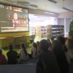 Dzieci oglądające bajkę