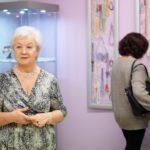 Wanda Szot i goście podziwiający wystawę