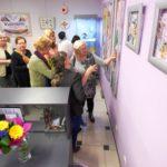 Goście podziwiający wystawę