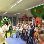 Wspólna zabawa Anity Głowińskiej z dziećmi