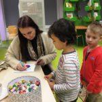 Dzieci otrzymujące kolorowanki