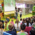 Zabawa dzieci z autorką serii książek o Kici Koci