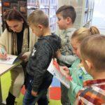 Dzieci otrzymujące autograf od Anity Głowińskiej