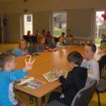 Dzieci oglądające różne książki