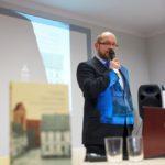 Jeden z autorów książki (Piotr Taciak) podczas przemowy