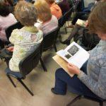 Publiczność przeglądająca ową książkę