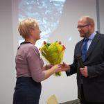 Pani Dyrektor wręczająca kwiaty autorowi książki