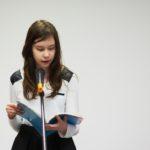 Dziecko czytające tekst literacki o Morągu