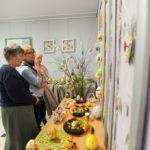 Starsze osoby obserwujące wystawę