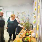 Starsze osoby podziwiające wystawę