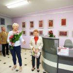 Dyrektor Biblioteki wręcza kwiaty autorce wystawy Jance Ślefarskiej