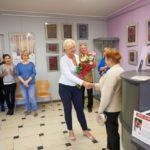 Dyrektor Biblioteki gratuluje Obraz wykonany przez Jance Ślefarskiej wystawy