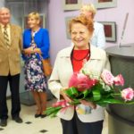 Uśmiechnięta Janka Ślefarska wraz z bukietem kwiatów