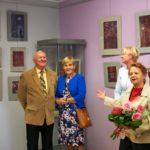 Mężczyzna i kobieta przyglądają się autorce wystawy