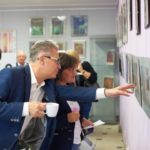 Widownia podziwia prace autorki wystawy