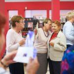 Kobiety dyskutują na temat wystawy Janki Ślefarskiej