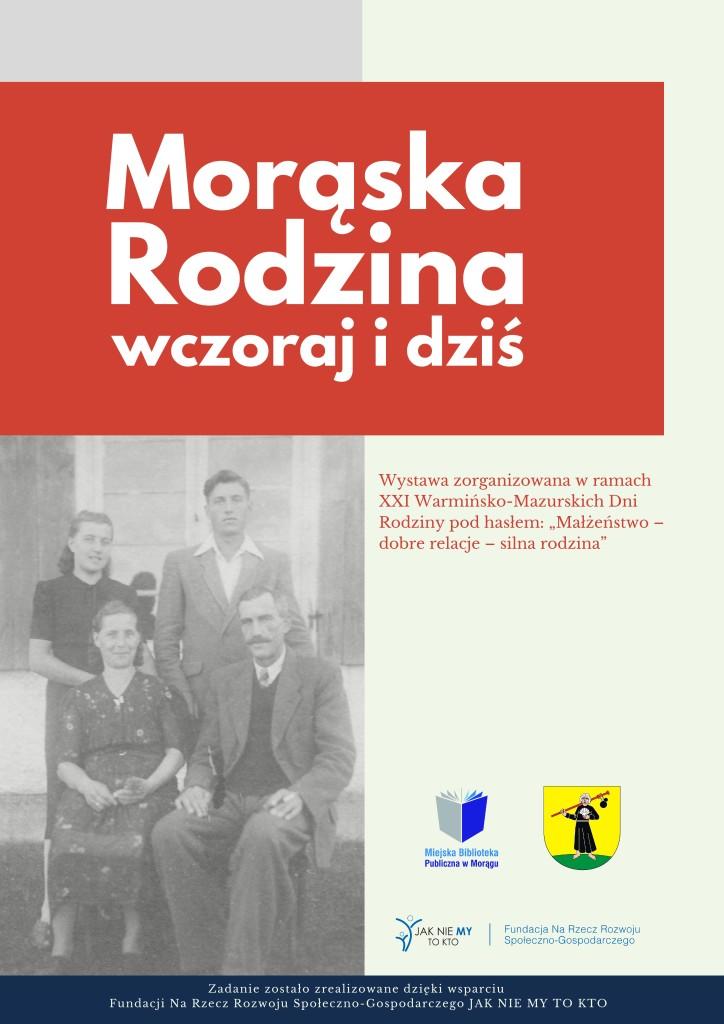 """Plakat promujący wystawę zatytułowaną """"Morąska rodzina wczoraj i dziś"""". Pod nagłówkiem znajduje się czarno-białe zdjęcie rodzinne przedstawiające 4 osoby. Na dole plakatu widnieje logo biblioteki oraz herb Morąga."""