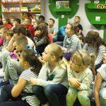 Zdjęcie grupowe. Dzieci słuchają opowieści pani prowadzącej.